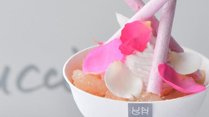華やかに香るバラが散りばめられた贅沢なパフェ『パルファン パルフェ・ローズ』をテイクアウトで♪ UN GRAINにて期間限定発売!