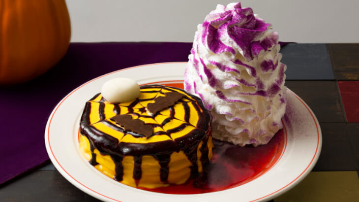 Eggs 'n Thingsからパンプキンクリームをたっぷりとのせた『ハロウィンパンケーキ』10月31日までの期間限定販売!